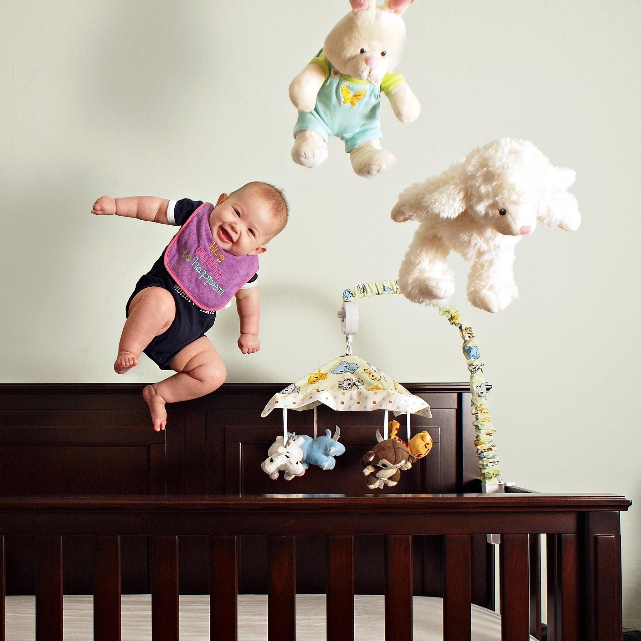 С одной стороны, природа предусмотрела для малышей определенные защитные механизмы, которые делают удары головой или по голове менее серьезными, чем аналогичные удары у детей старшего возра.