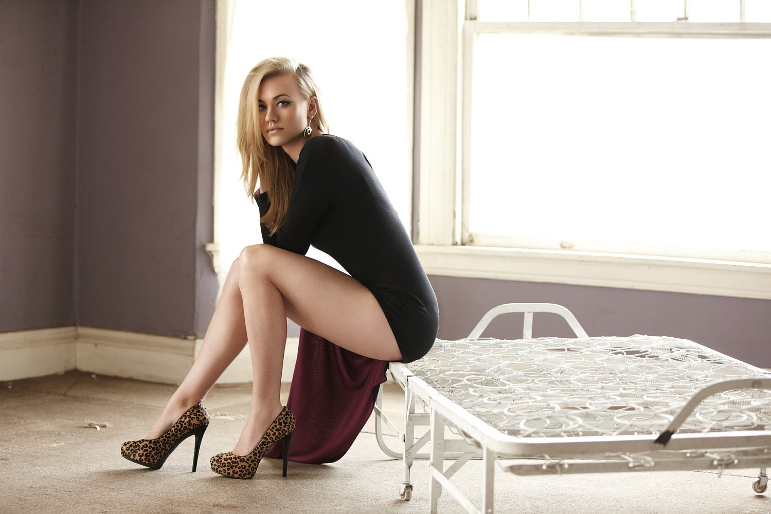 Yvonne Strahovski Legs Wallpaper Full HD 1499x1000