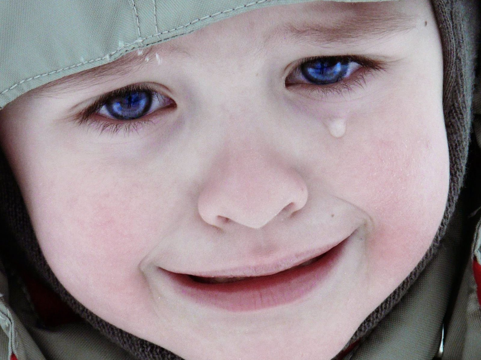 sad baby face while crying wallpaper 1600x1200