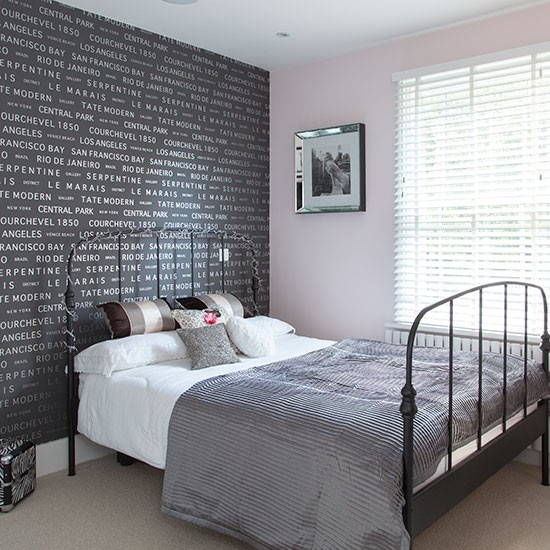 Bedroom with black motif wallpaper Bedroom decorating Style at 550x550