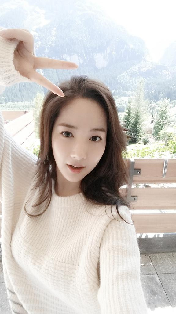 Park Min Young Updates Fans with a Sweet Selca from 576x1024