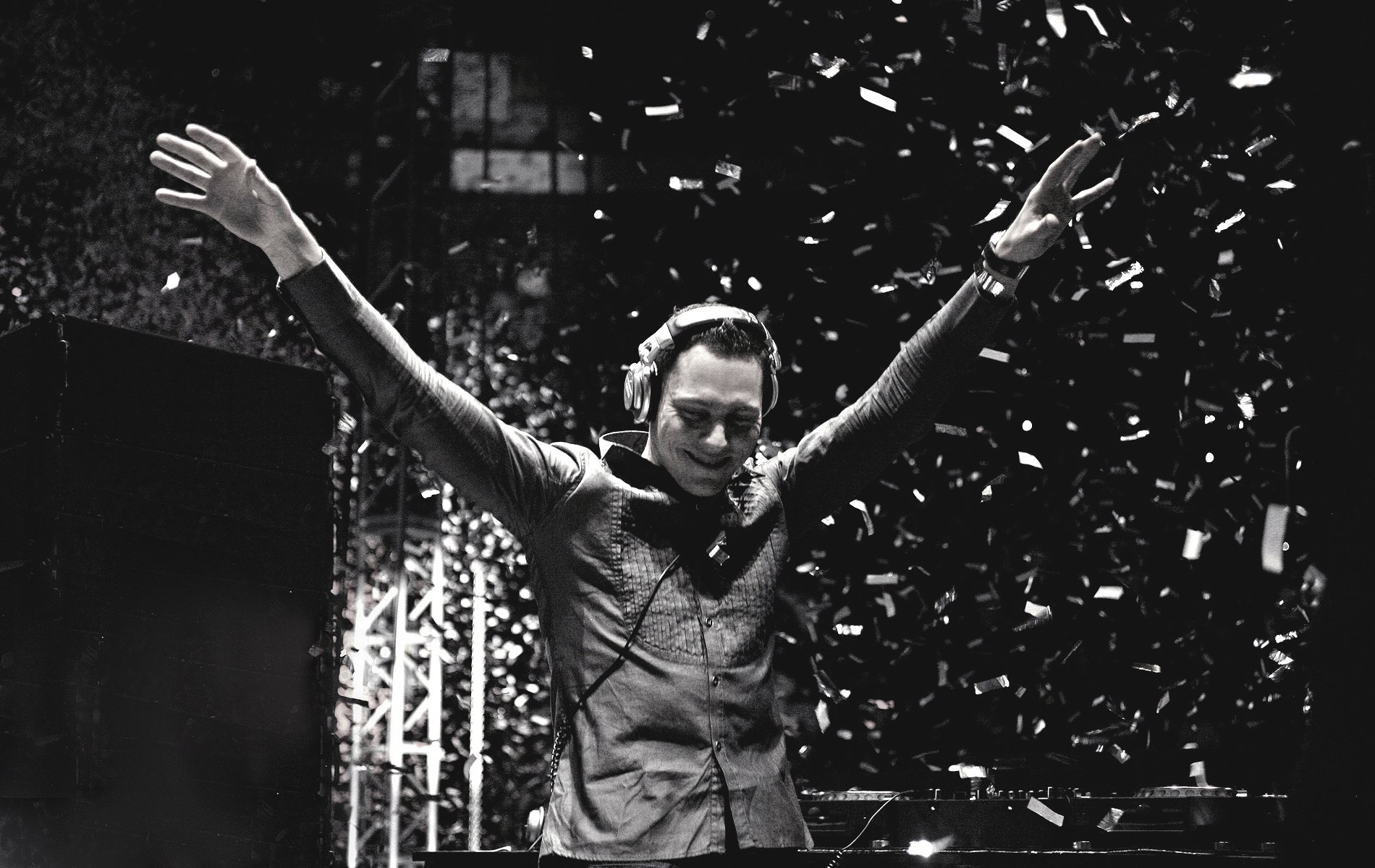 Tiesto HD Tiesto Wallpaper Black and White Arms Raised Live1jpg 1900x1200