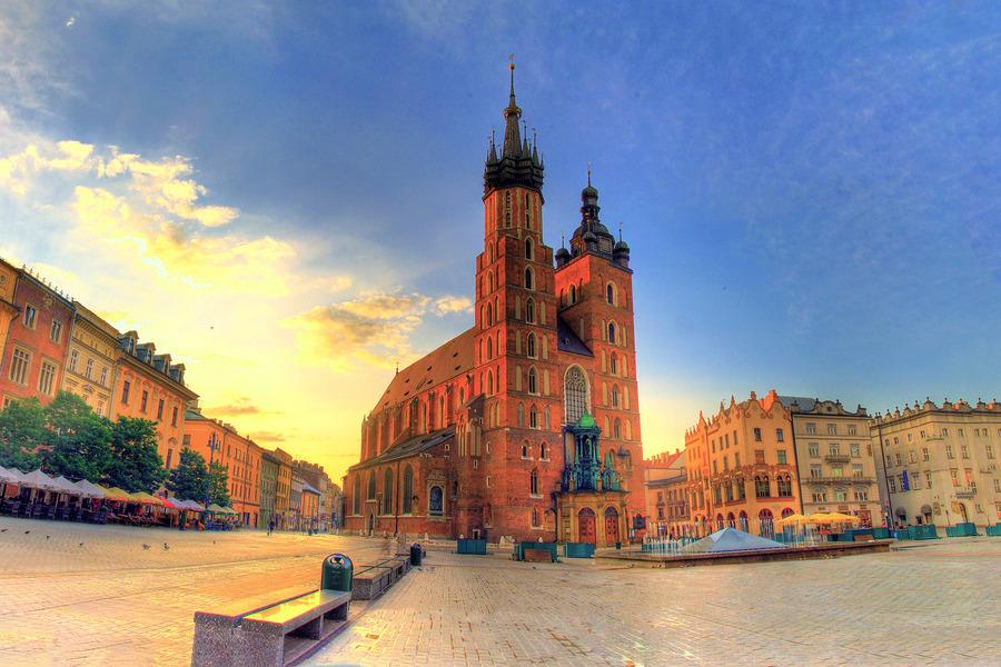 St Marys Basilica Krakw Poland HDR creme 900x600