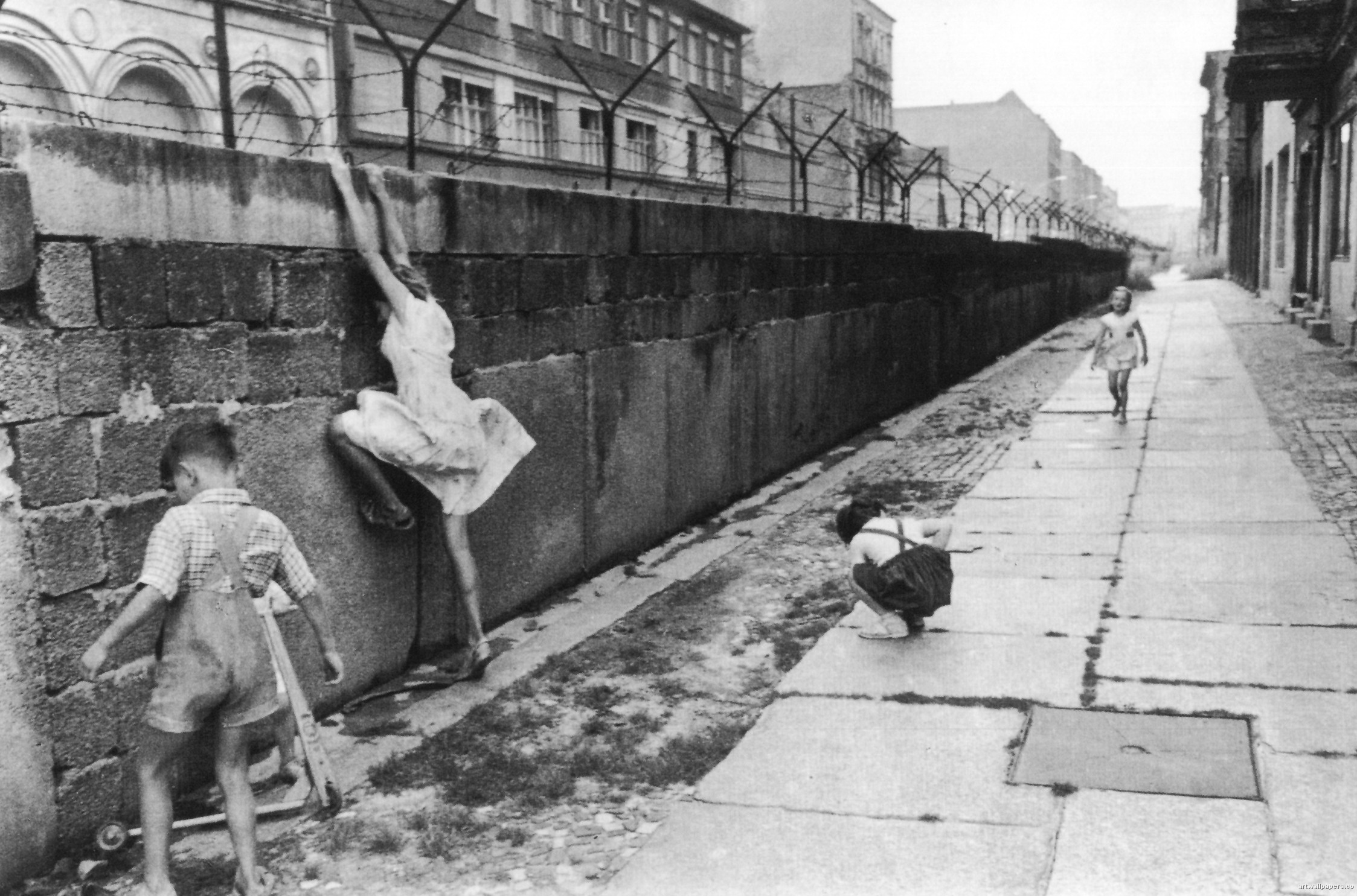 download Henri Cartier Bresson Photos Berlin Wall 1962 p139 2247x1485