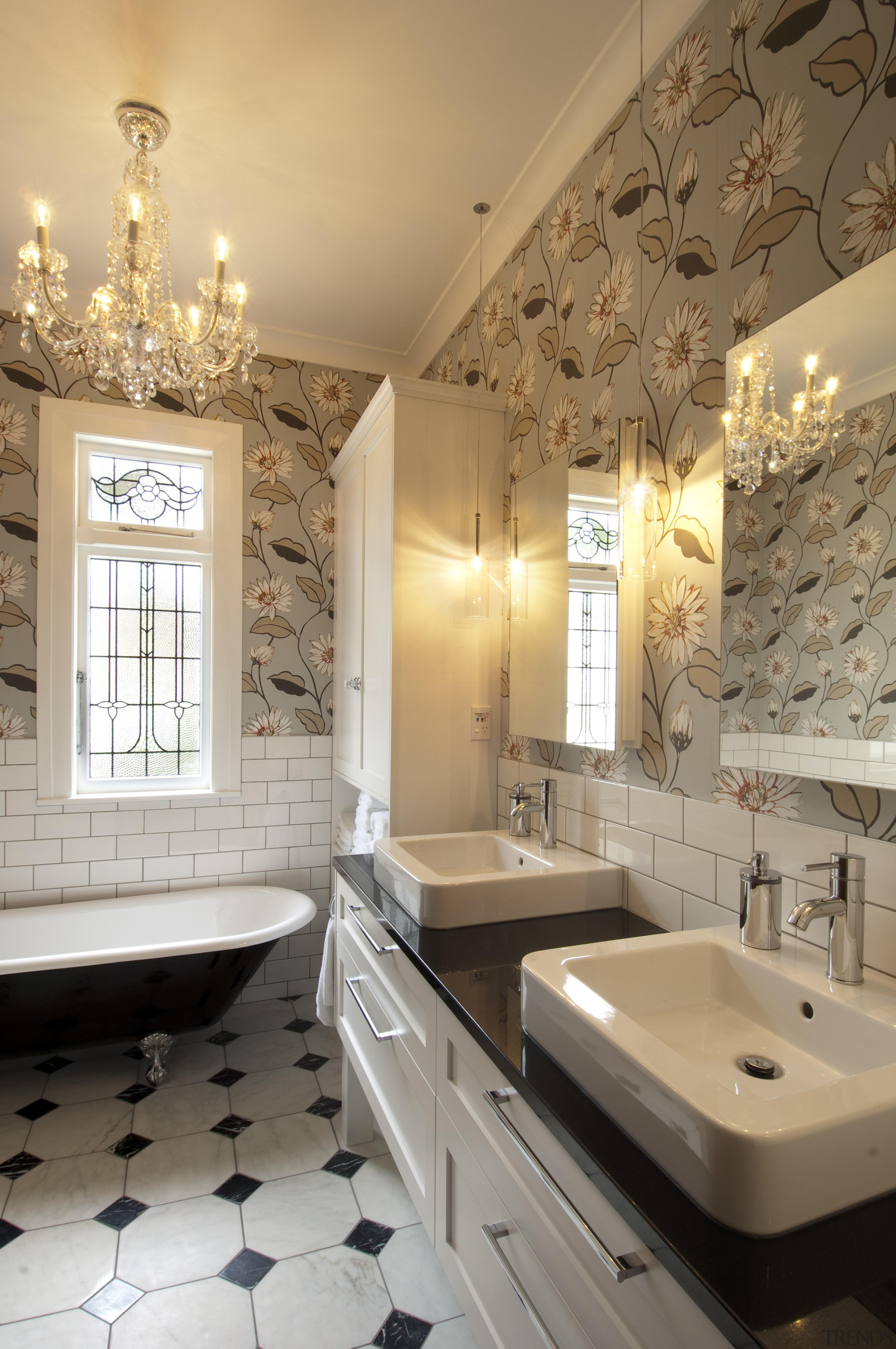 Bathroom with flower patterened wal   Gallery   5 Trends 2560x3854