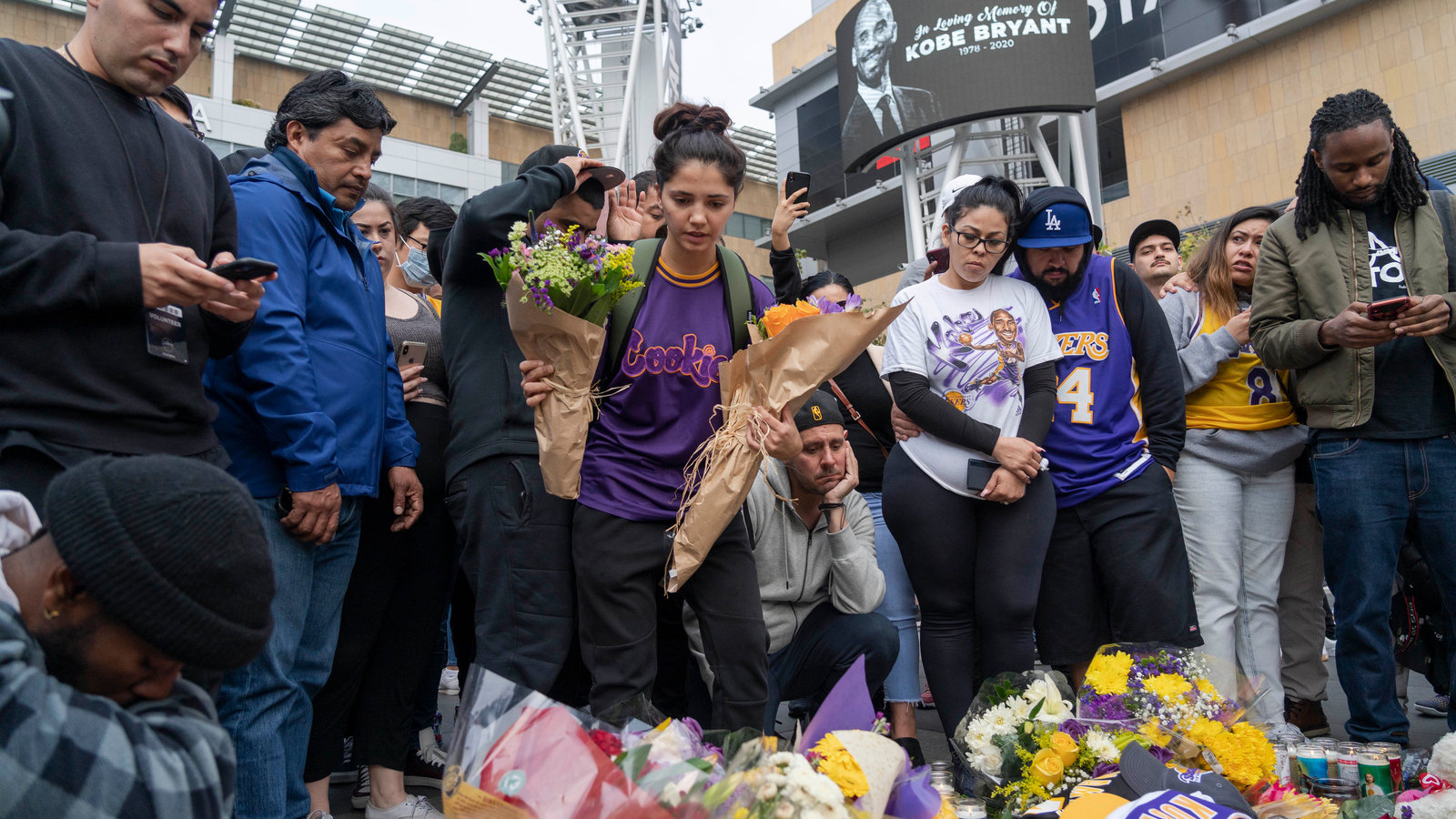 Kobe Bryant Fans in Los Angeles Pay Tribute   The New York Times 1600x900