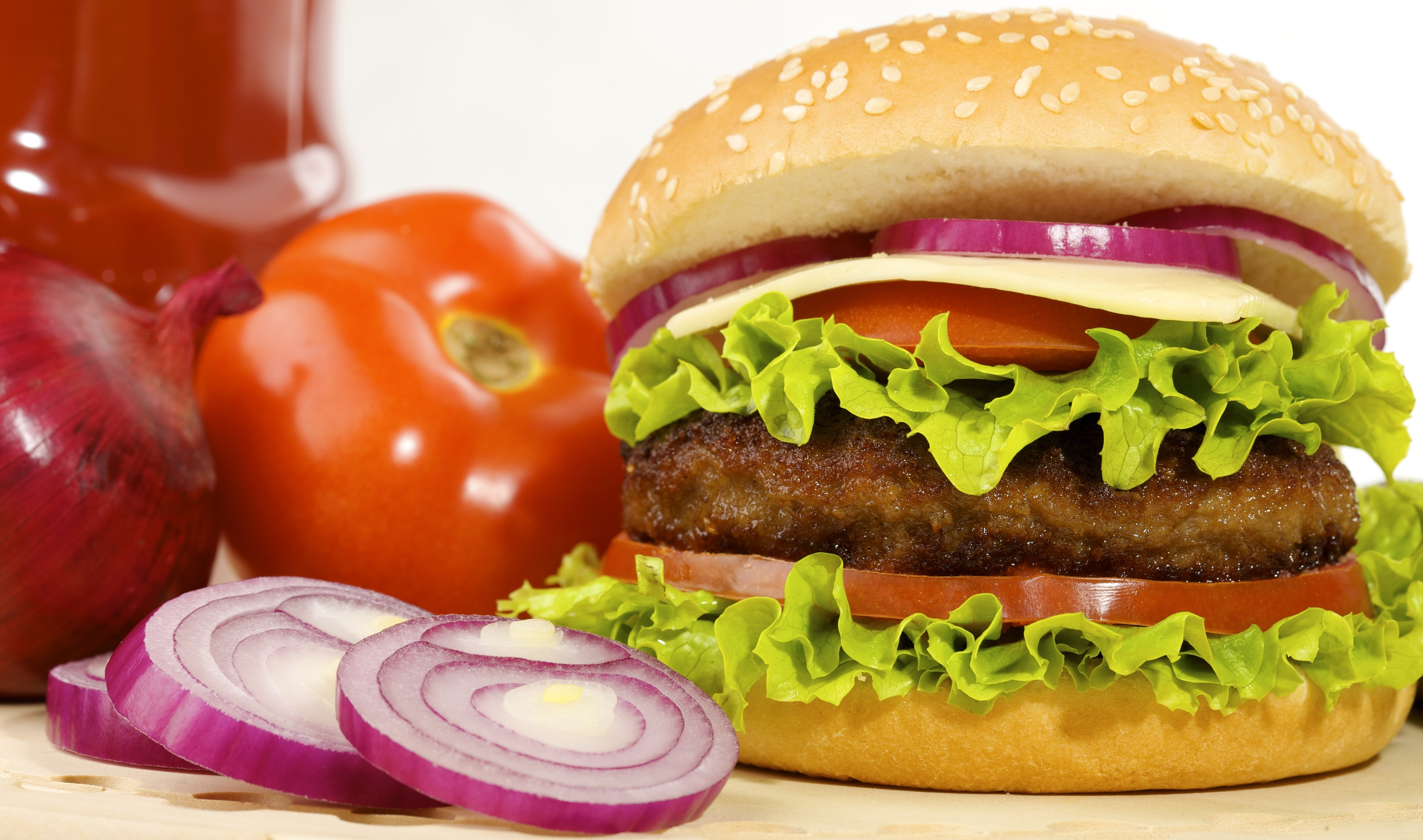 Hambrguer hambrguer fast food fast food po branco tomates 5620x3320