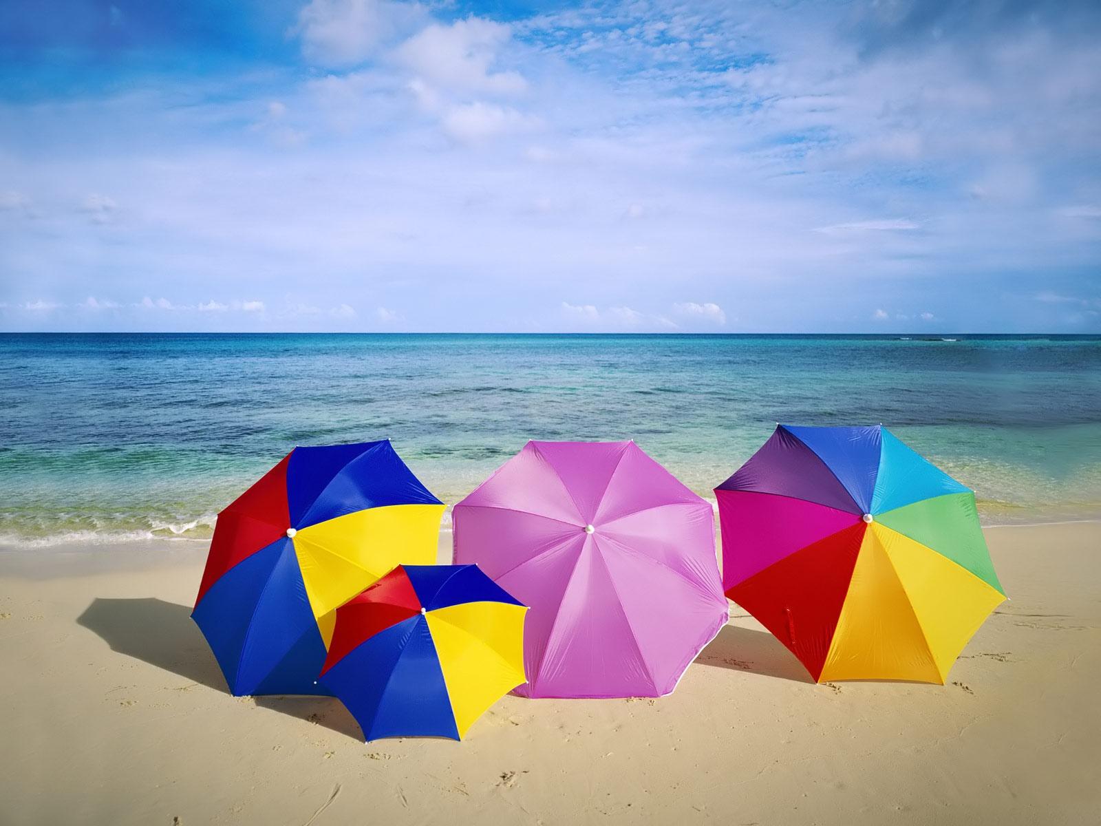 Пляж с желтыми зонтами  № 1497339 загрузить