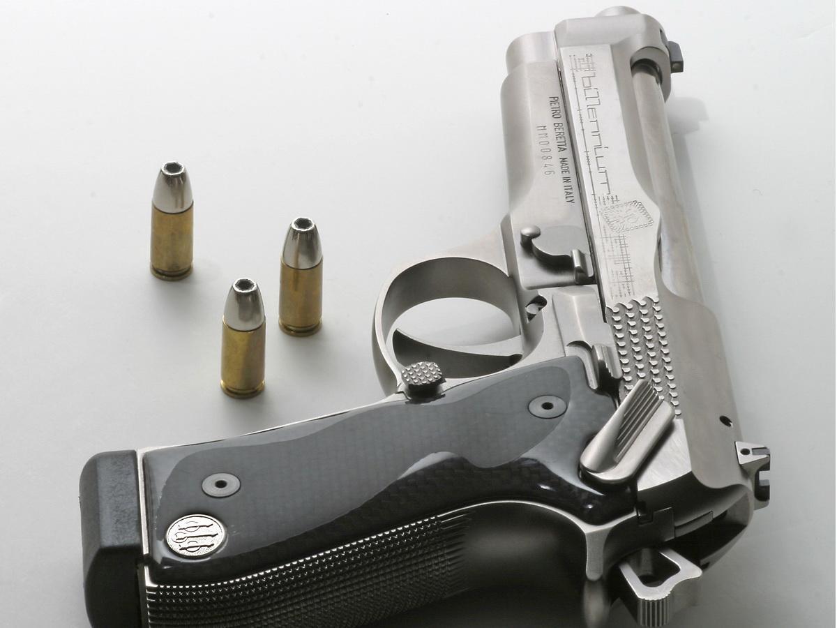 1270799033_1200x900_silver-pistol-wallpaper.jpg