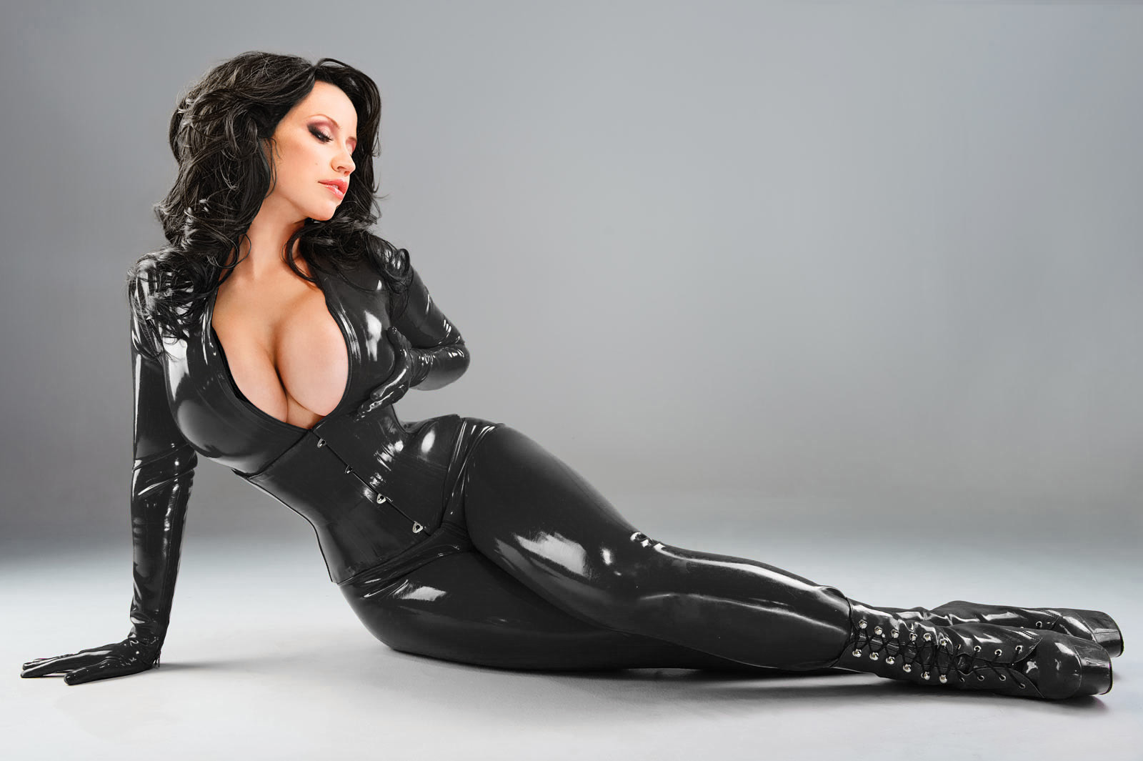 Wild babe Cindy Hope is posing in her tight latex dress on camera № 679740 без смс