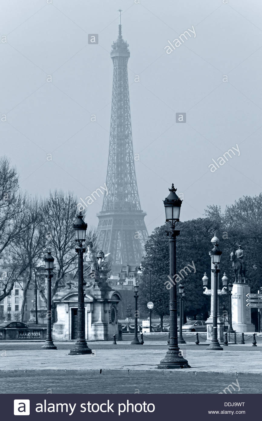 Street lights la Concorde the Eiffel Tower in the background in 866x1390