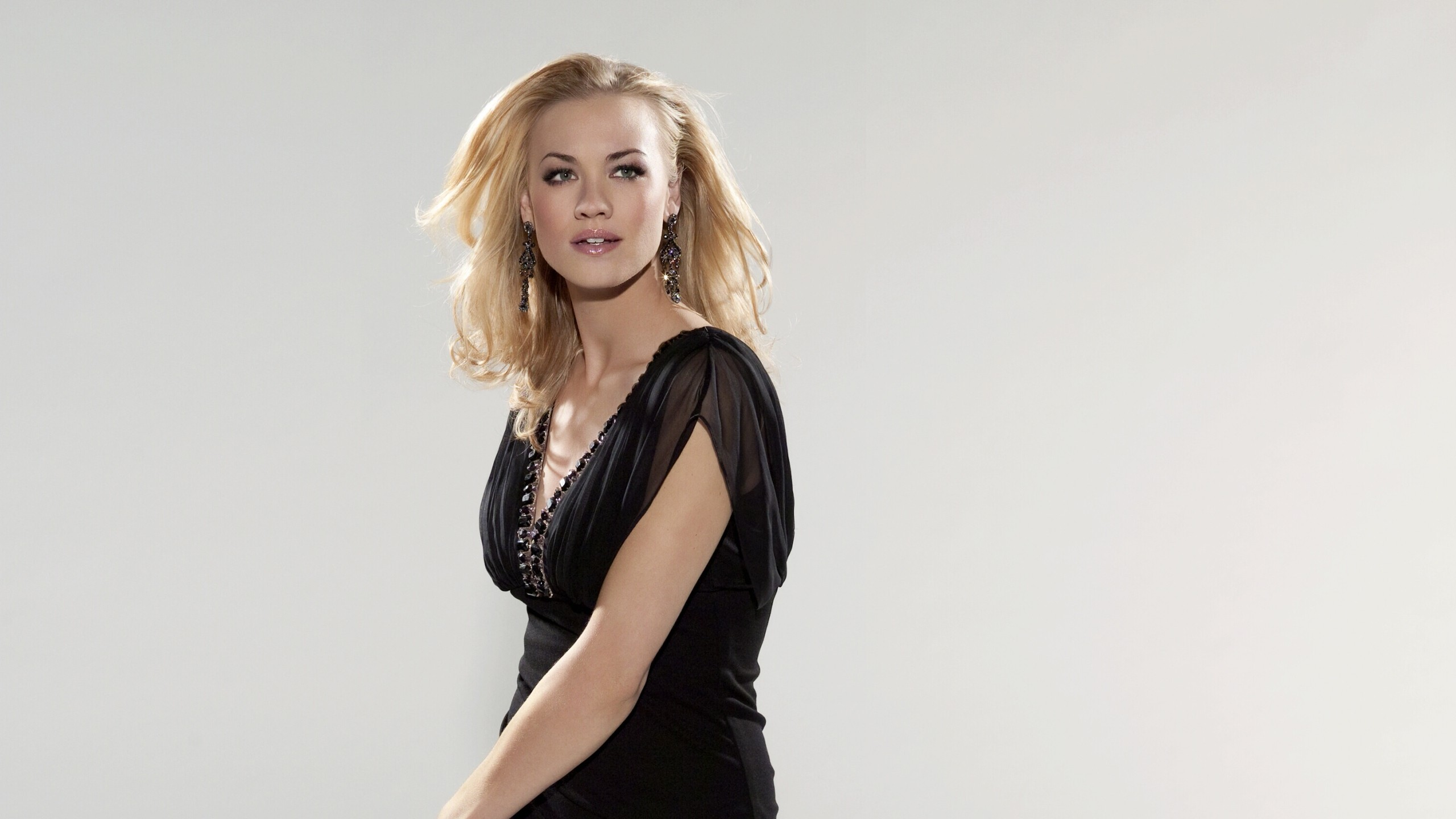Yvonne Strahovski Wallpaper HD 7782 2560 x 1440 2560x1440