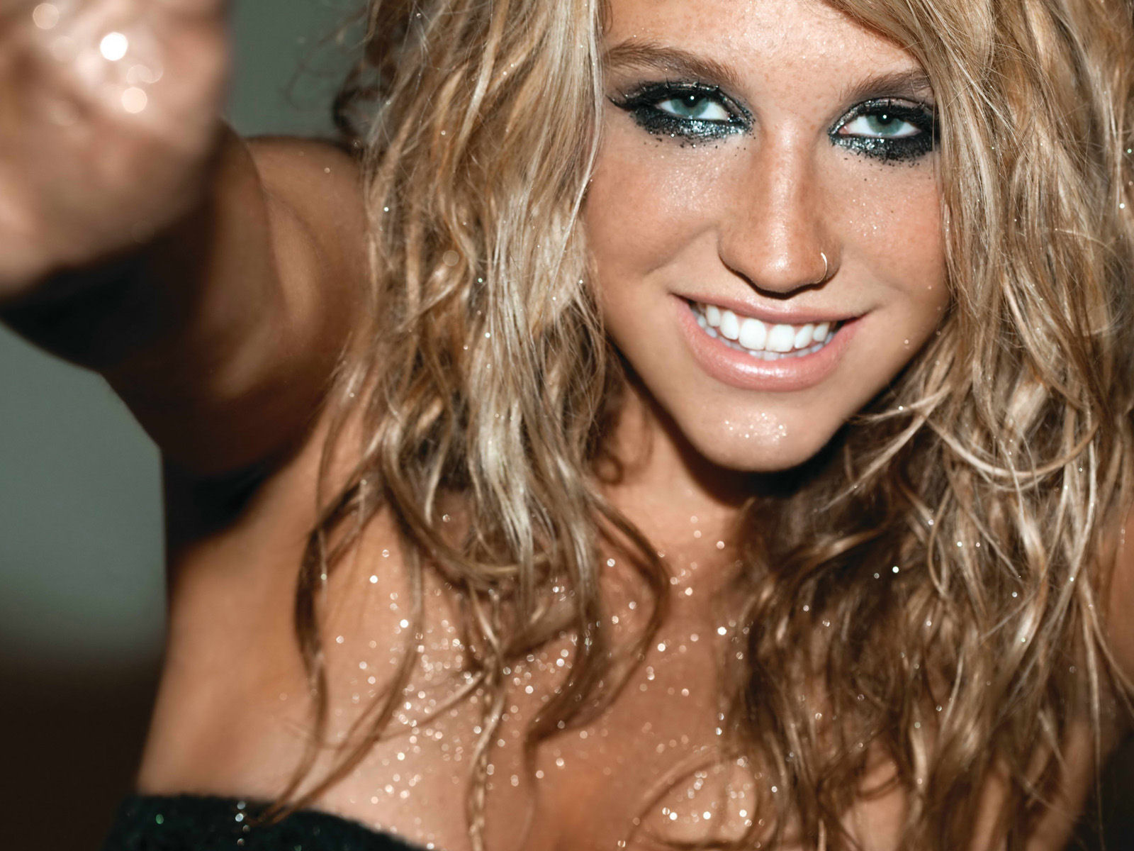 Wallpaper Kesha Smile Sexy Wallpaper 1600 x 1200   Desktop 1600x1200
