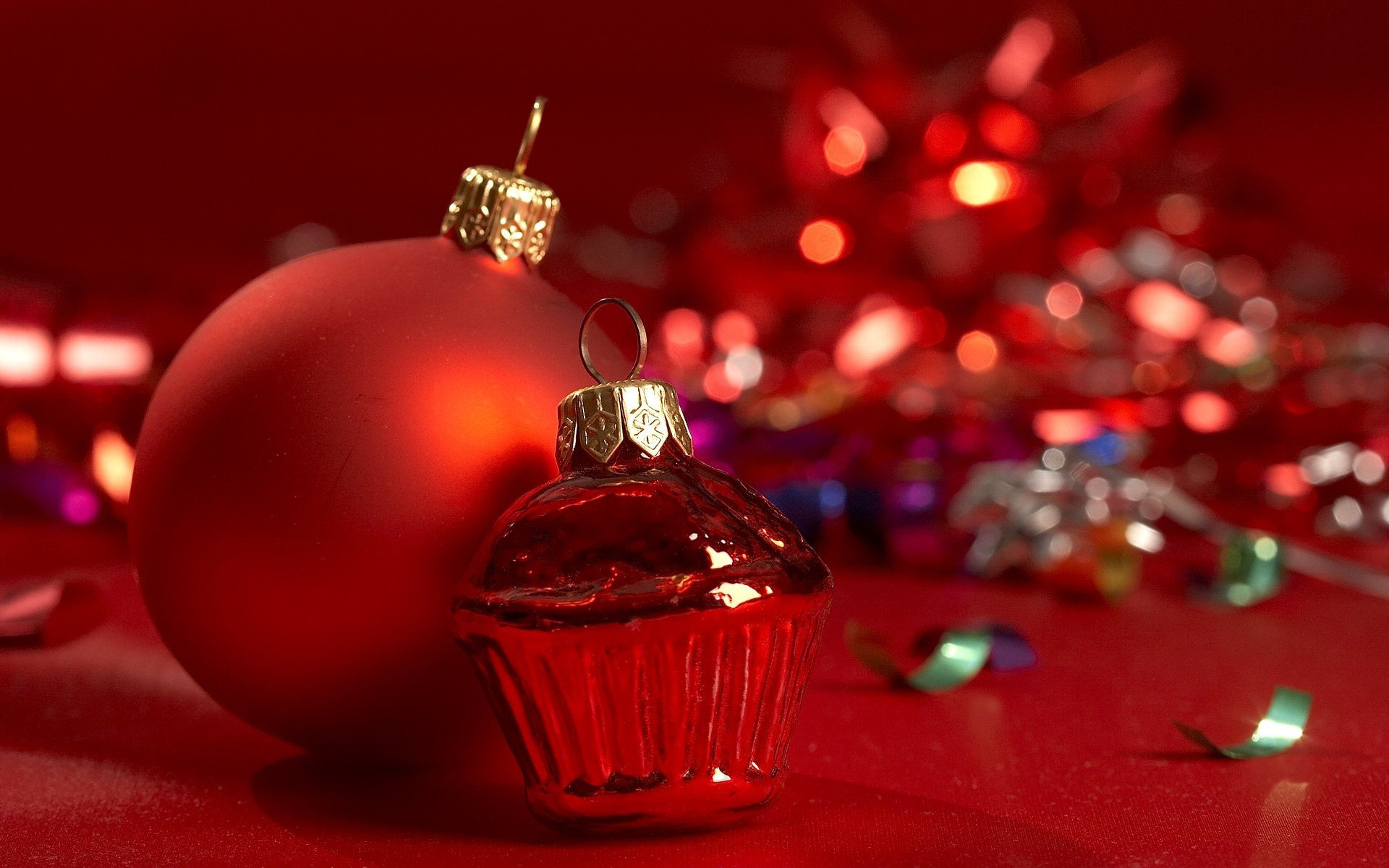 Red Christmas tree decorations wallpapers and images 1920x1200