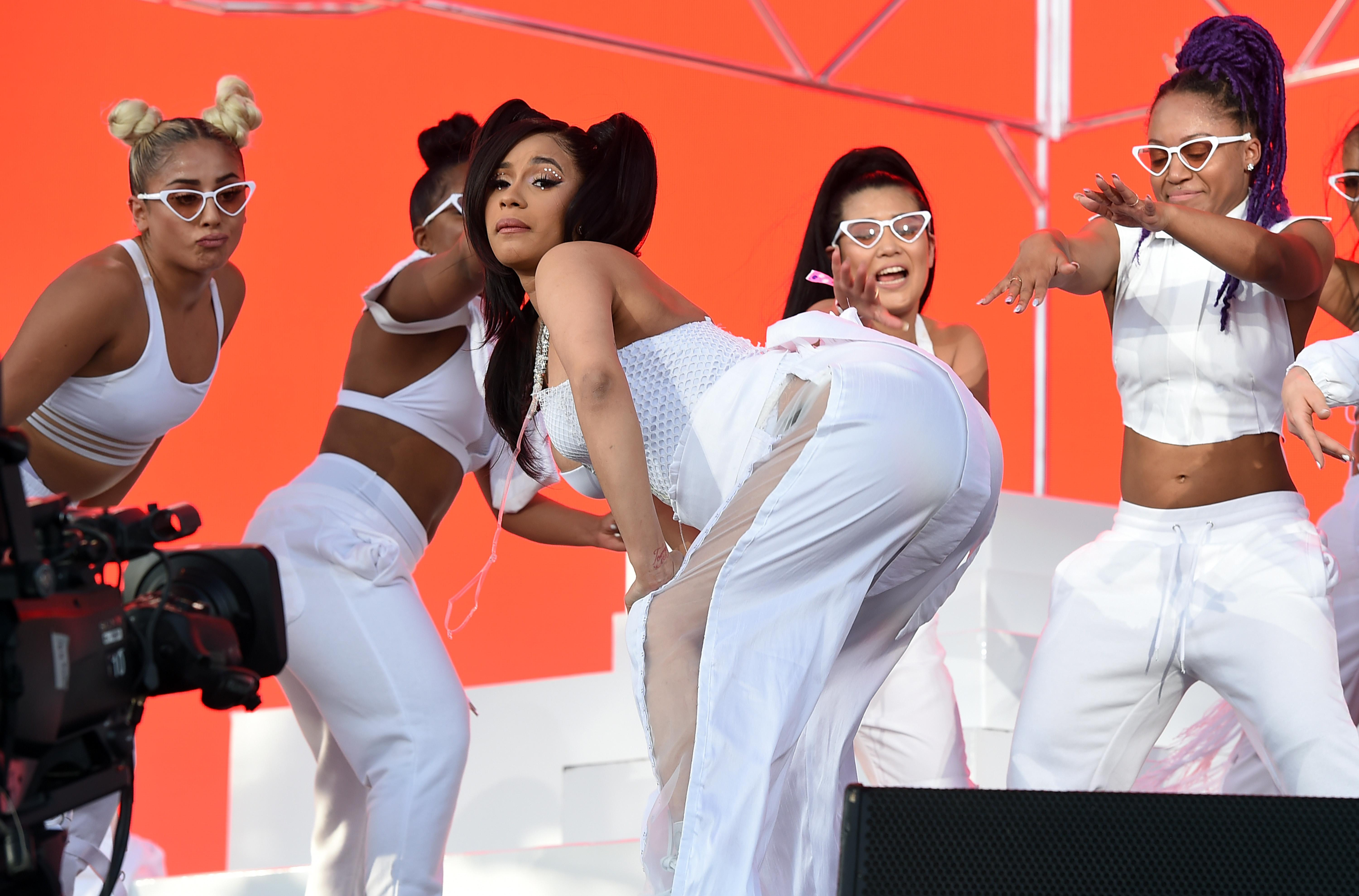Pregnant Cardi B Twerks at Coachella as Migos Seemingly Throws 6000x3958