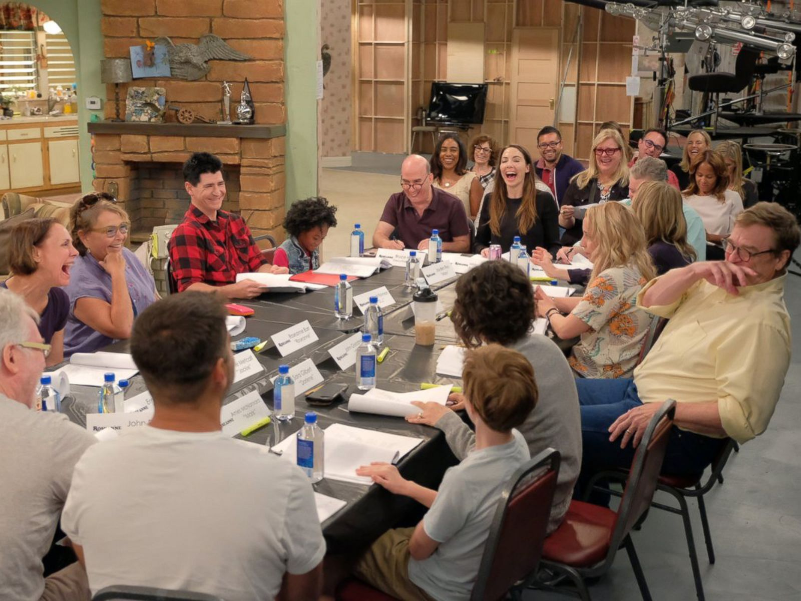 First looks at the Roseanne reboot set   ABC News 1600x1200