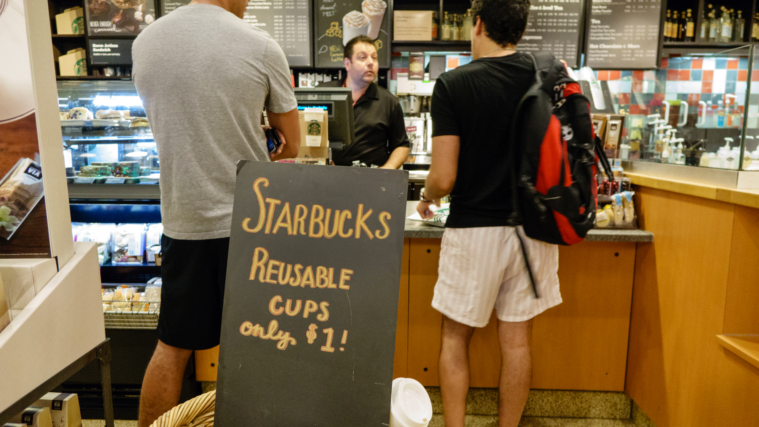Starbucks forced to halt the use of personal cups at its stores 2560x1440