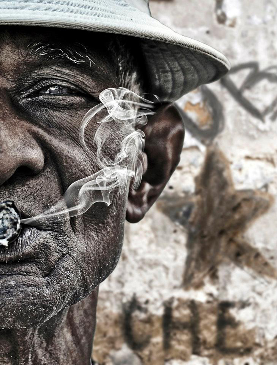 Old face black man with a cigarette Top quality wallpapers 960x1264