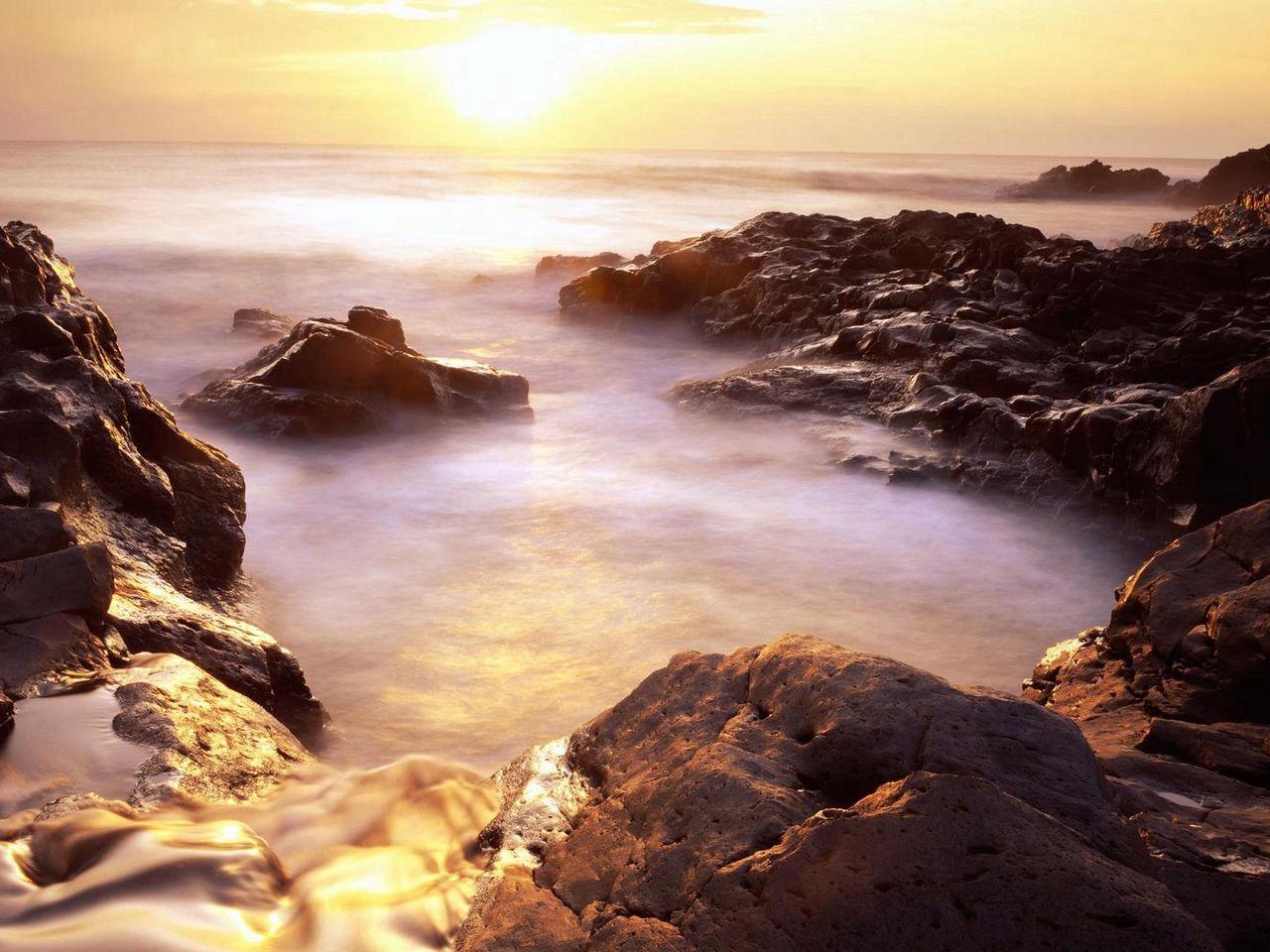 Download wallpaper 1280x960 evaporation stony coast rising sun 1280x960