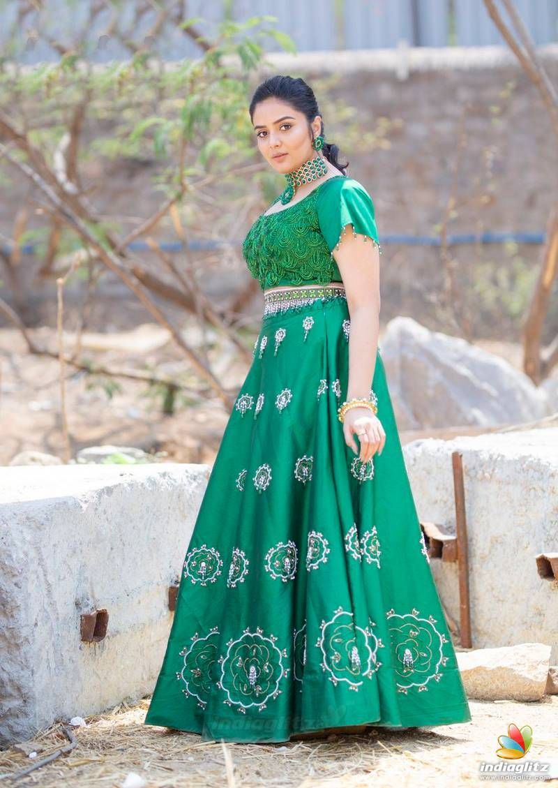 Sreemukhi in 2020 Hd wallpapers for mobile Oscars red carpet 800x1129