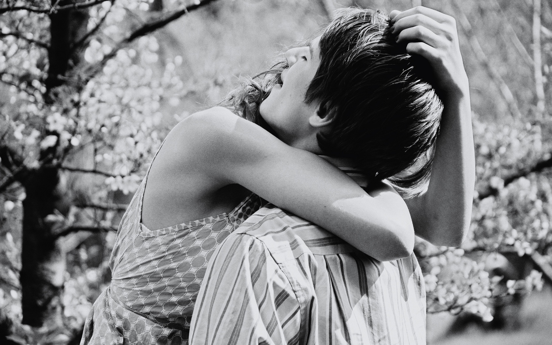 couple hugs black and white high quality HD Wallpapers Rocks 1920x1200