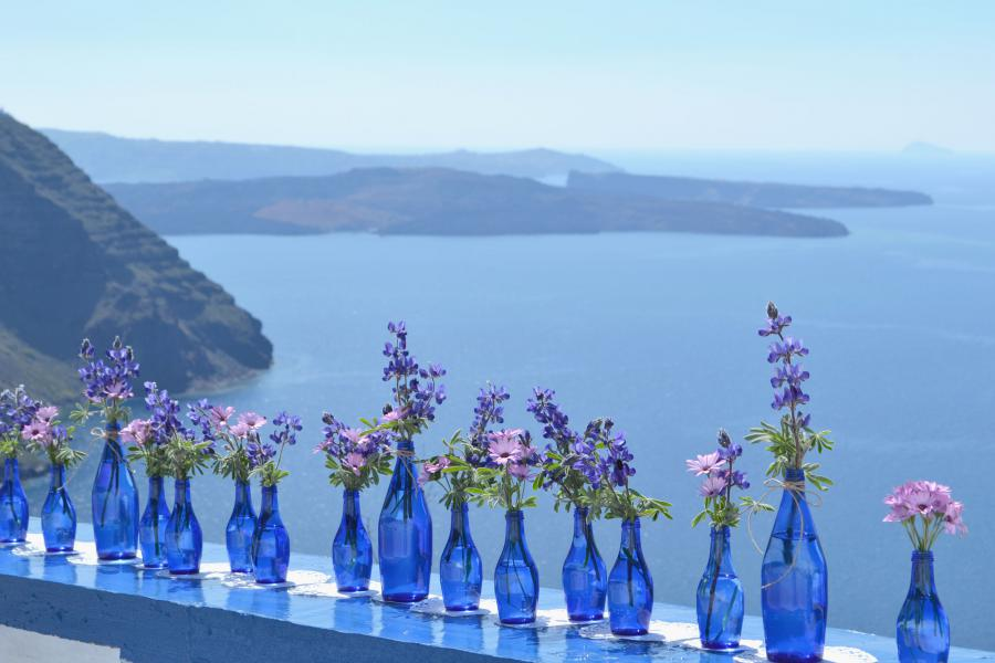 DIY Santorini Wedding Decor in Blue Purple Tie the knot in 900x600