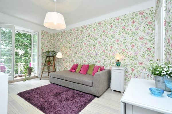Charming 37 square meter flat with floral wallpaper 600x400