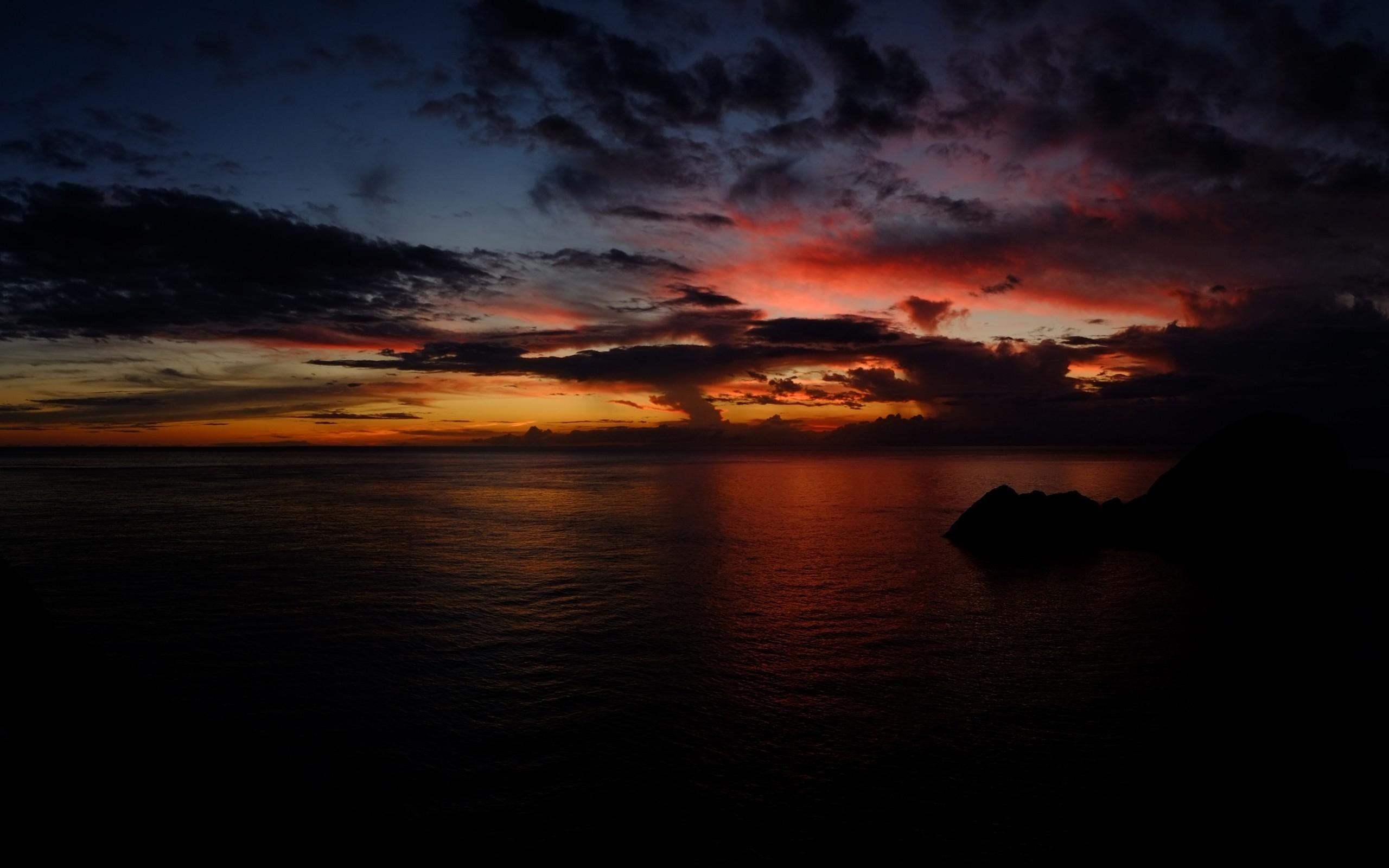 Темный закат над озером  № 3213553 бесплатно