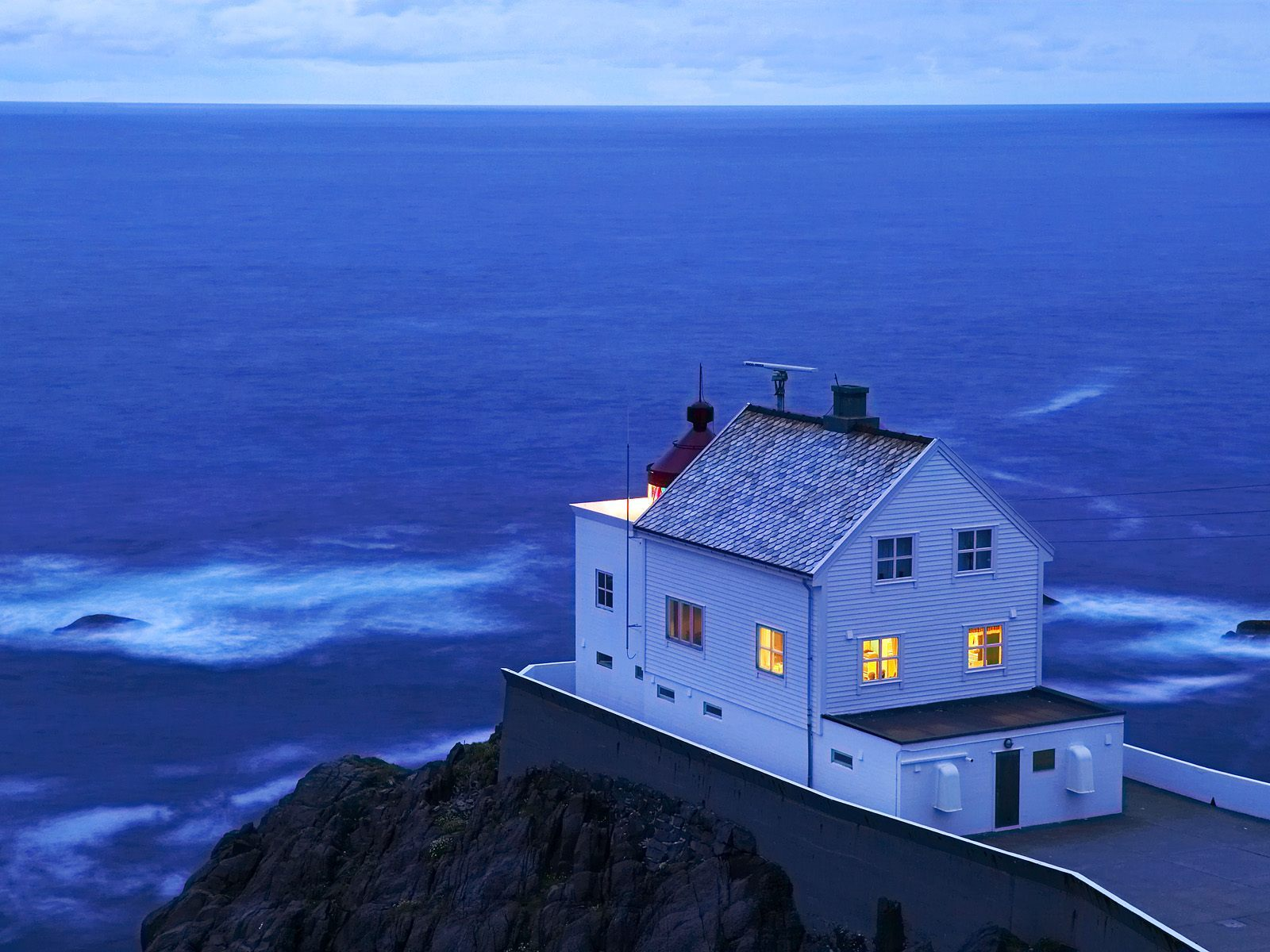 Домик над морем  № 939615 бесплатно
