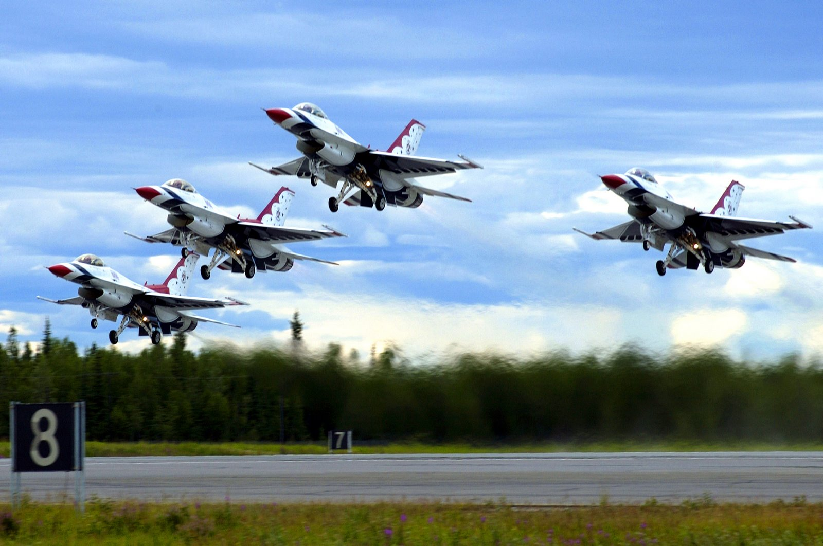thunderbirds f16 fighting falcon to download click usaf thunderbirds 1600x1062