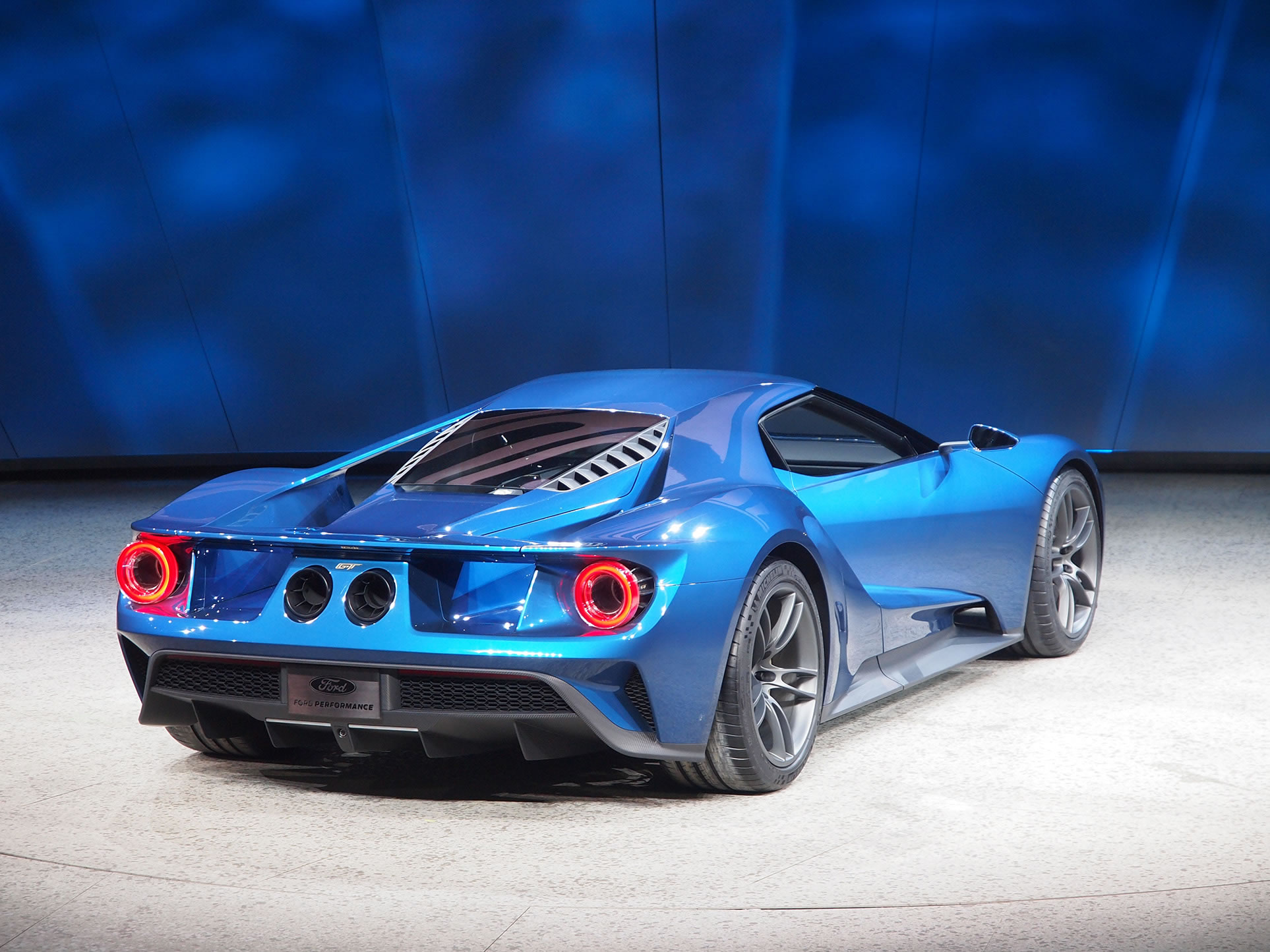 2017 Ford GT at 2015 NAIAS   rear photo Blue Oval supercar size 1926 1926x1445