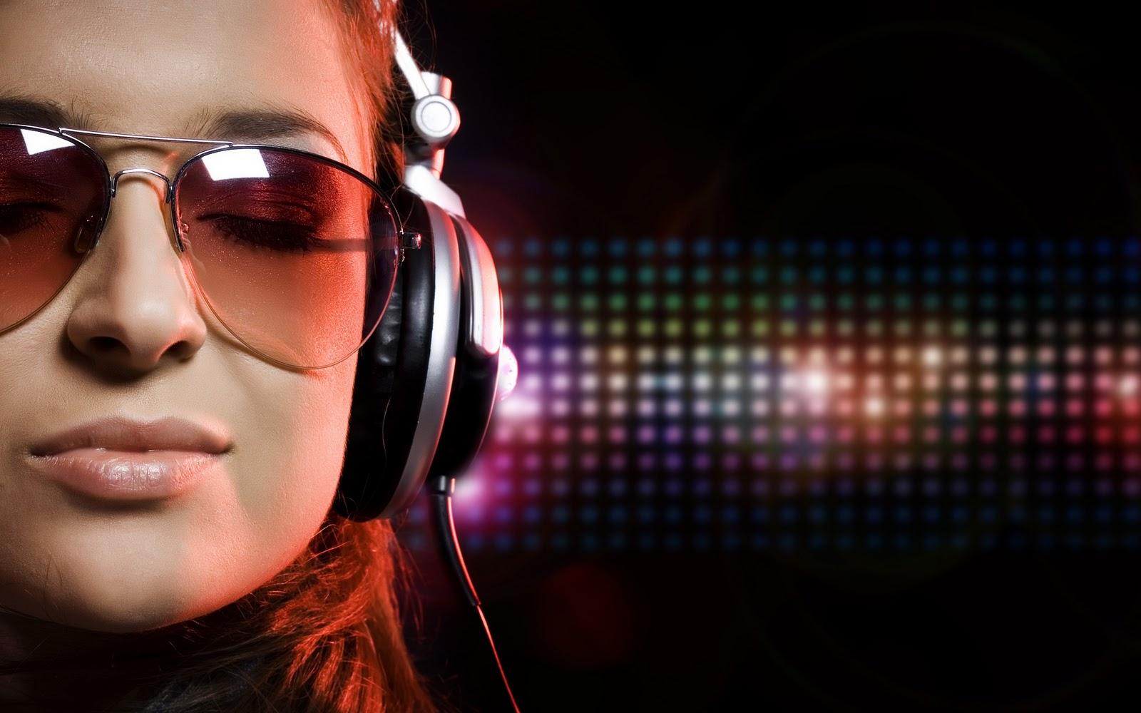 Girl Wear HeadPhones DJ Girl 1600x1000