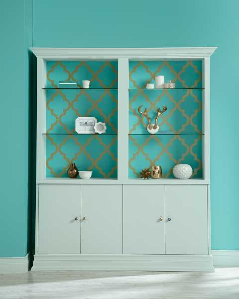 Color Pond a matching wallpaper is used on the back of the cabinet 480x600