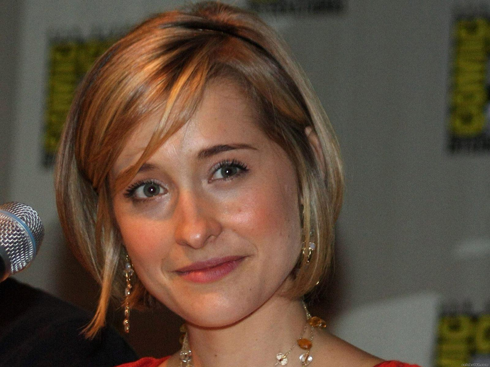 Allison Mack High quality wallpaper size 1600x1200 of Allison Mack 1600x1200