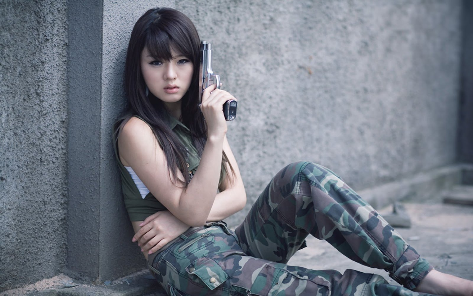 Cute Hwang Mi Hee With Gun Desktop Wallpaper 1600x1000