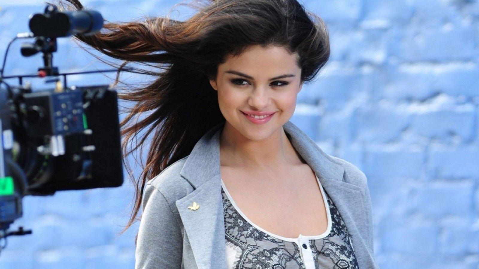 Selena gomez room pictures Selena Gomez - MTV Video Music Awards 2013 press room