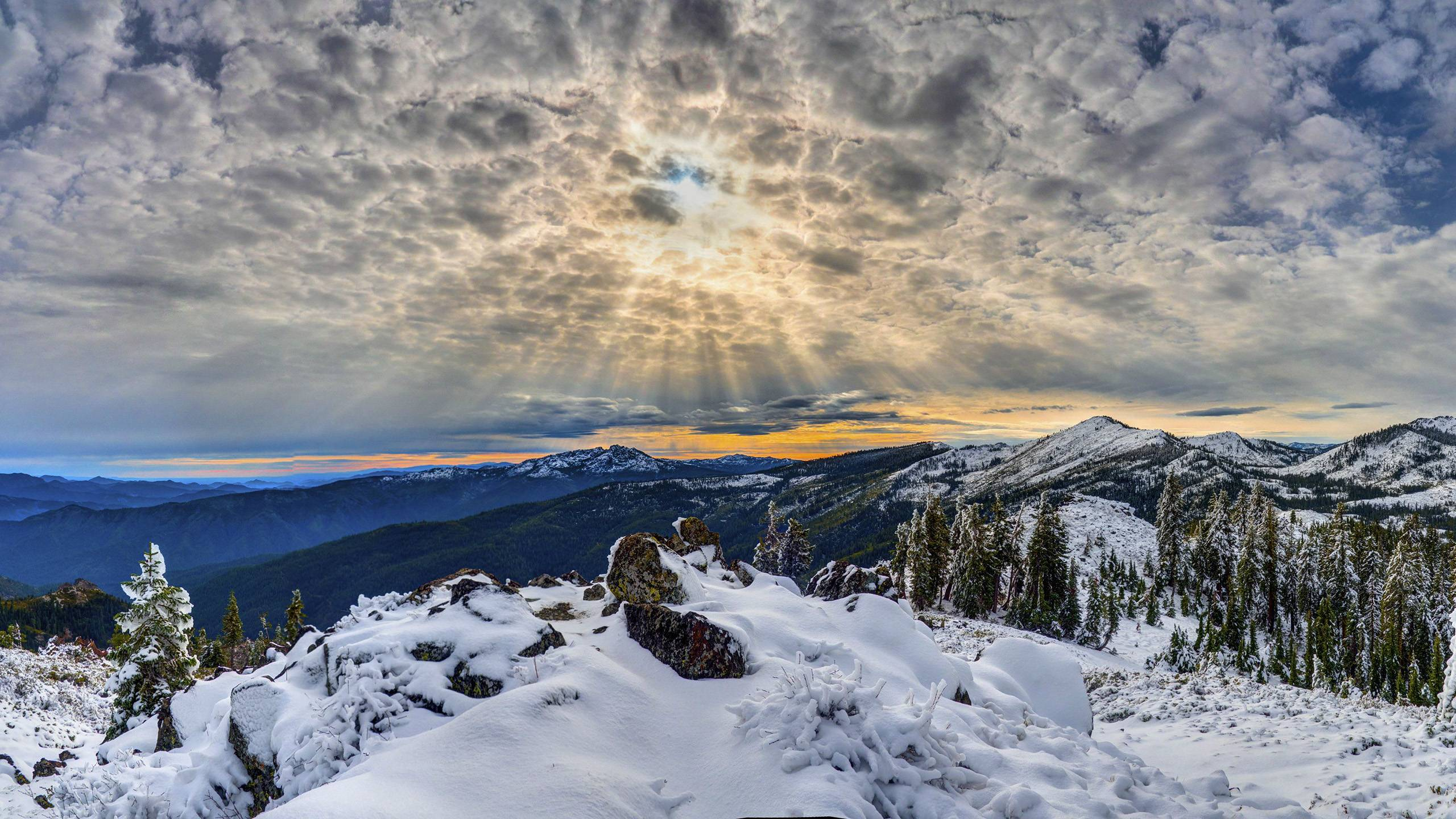 Corona and Crepuscular Rays over the Klamath Mountains of Northern 2560x1440