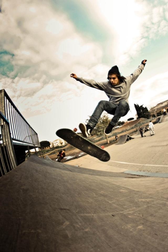 Skateboarding iPhone 4 Wallpaper 640x960 640x960