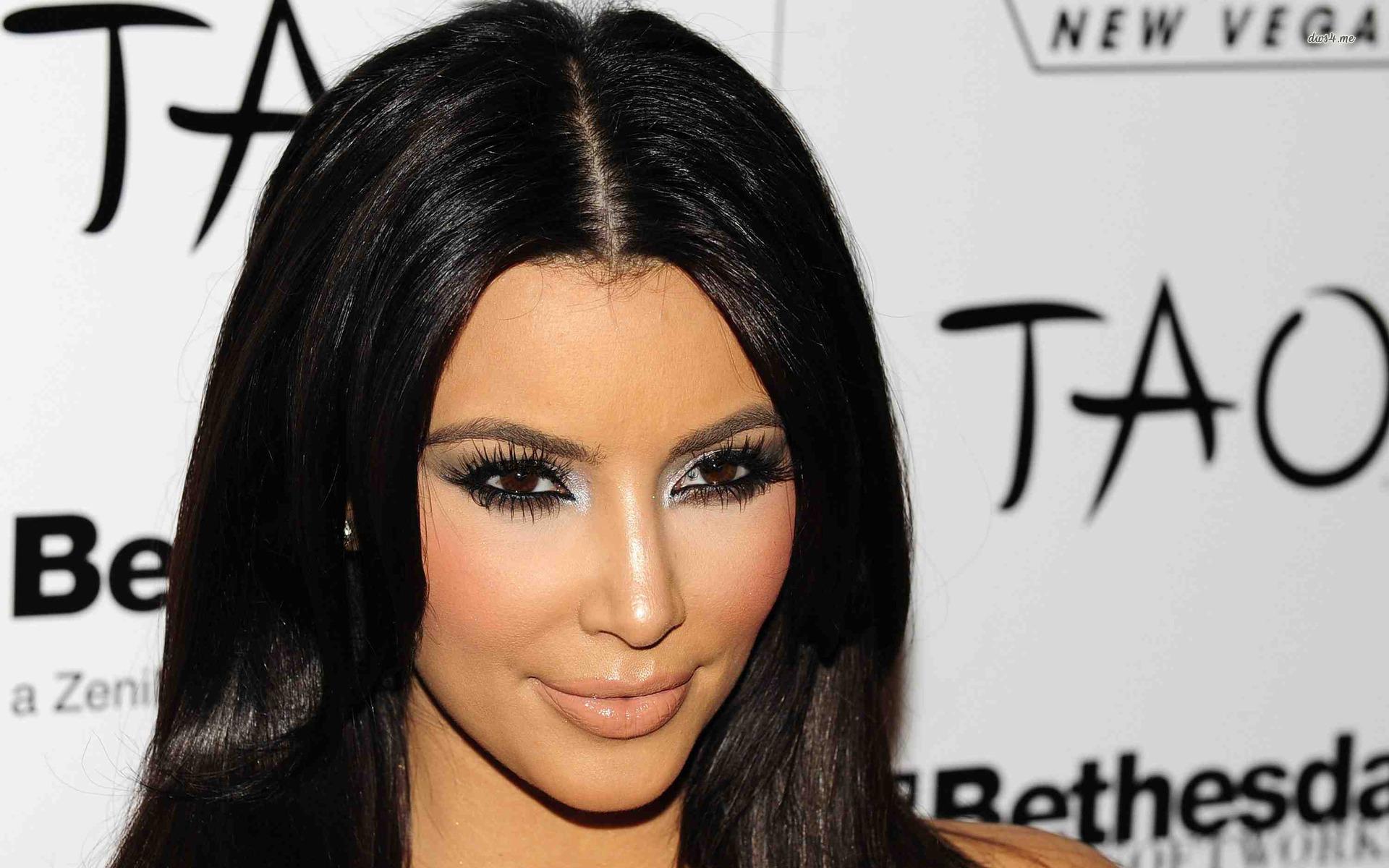 Kim Kardashian Examining Her Vagna In Mirror 1920x1200