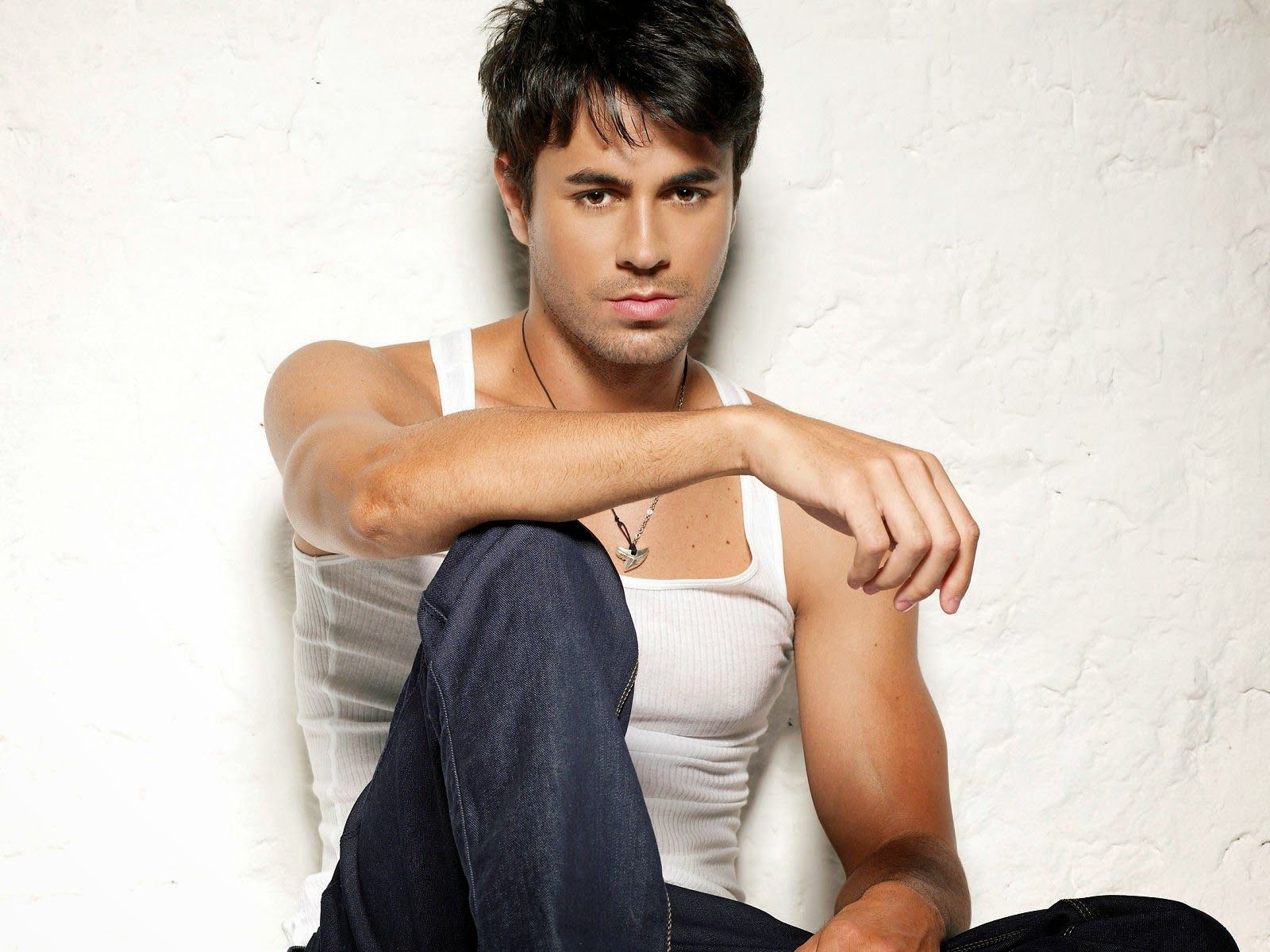 wall2web Enrique Iglesias Hollywood Hero Images Places to Visit 1600x1200