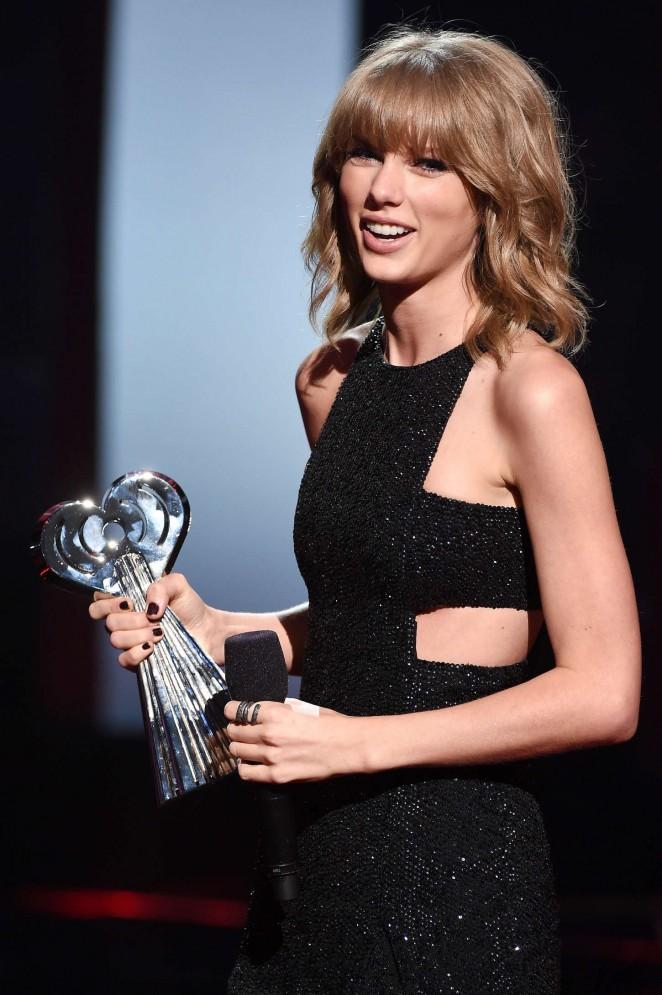 Taylor Swift 2015 iHeartRadio Music Awards  43   GotCeleb 662x995