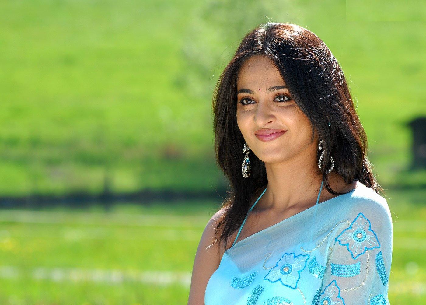 Anushka Shetty in Saree Wallpaper HD Wallpapers 1400x1002