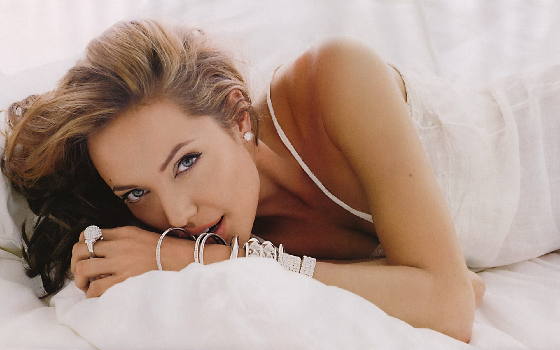 Angelina Jolie Pose Exclusive HD Wallpapers 3833 1920x1200