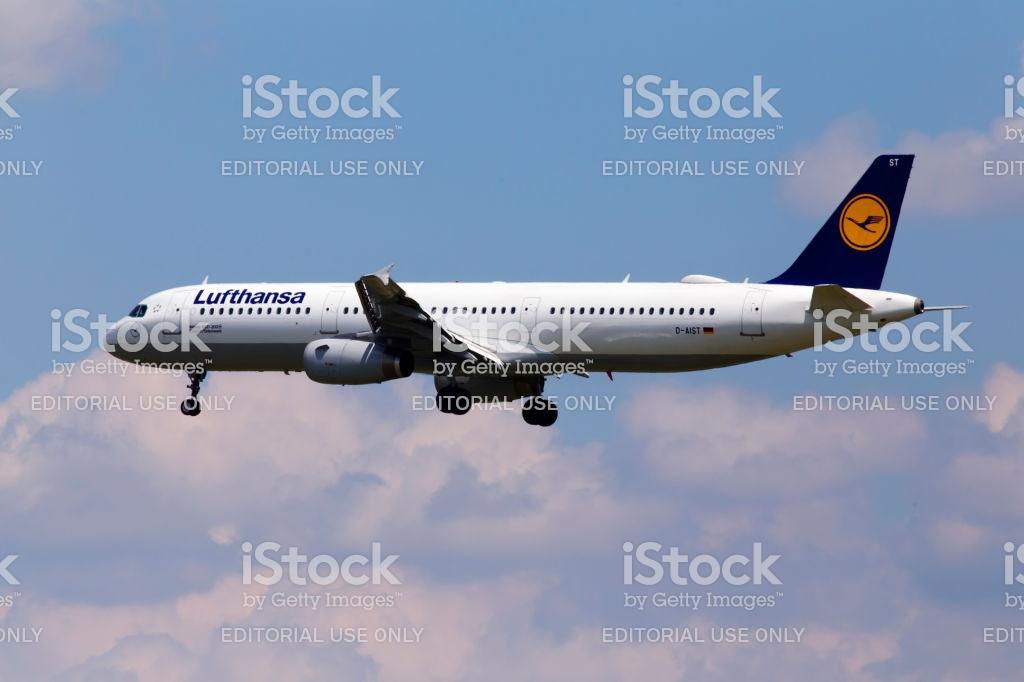 Daist Lufthansa Airbus A321200 Aircraft On The Cloudy Sky 1024x682