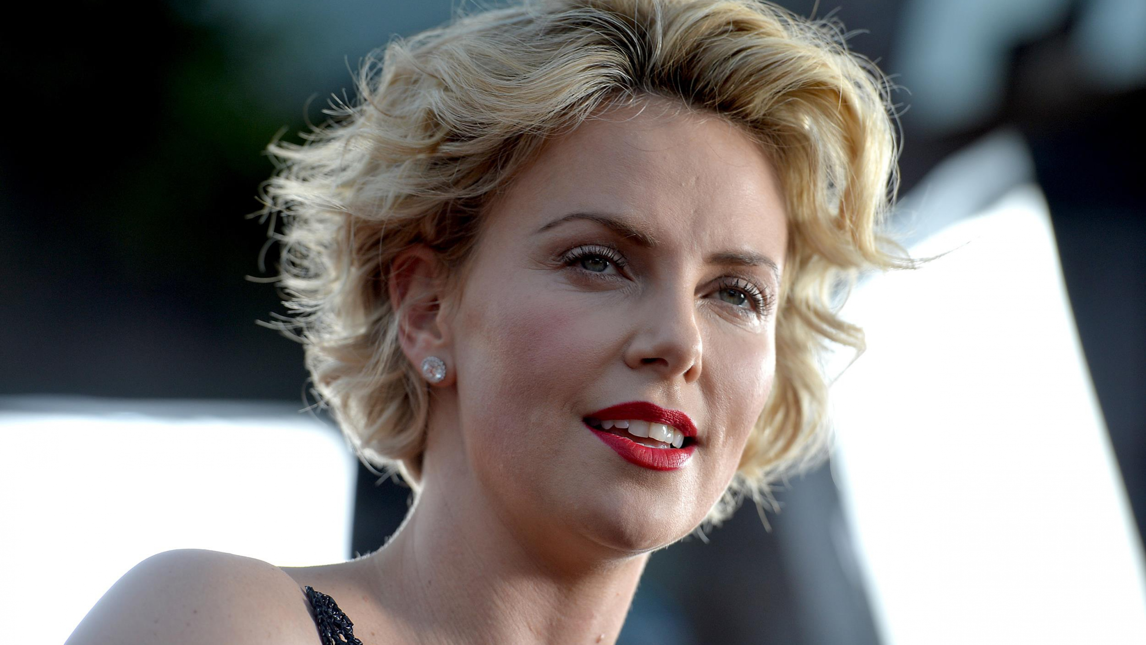 Charlize Theron is an Oscarwinning actress humanitarian and Hollywood superstar But how is she with hot food Find out as the Gringo star tests her