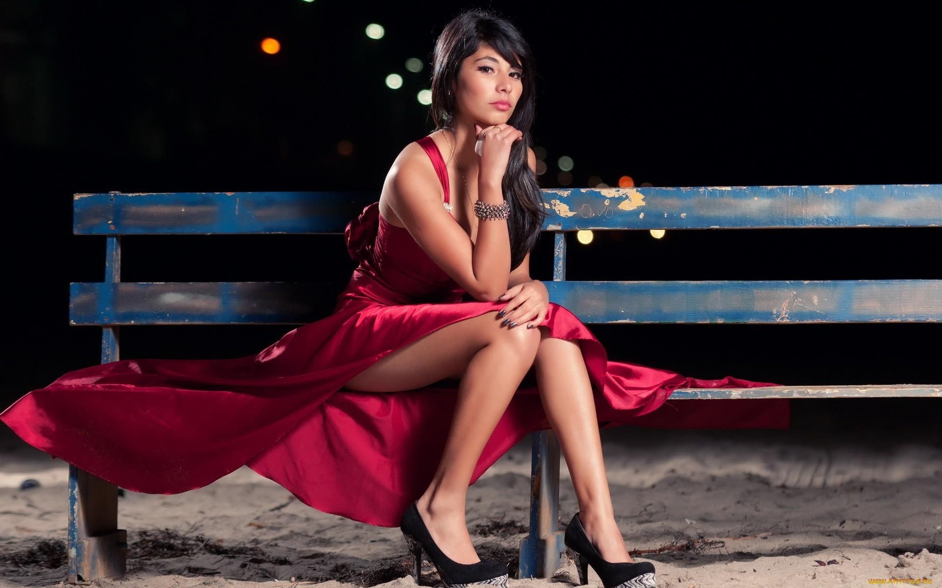 двое сидели сексуальные девушки в красном платье на скамейке быть