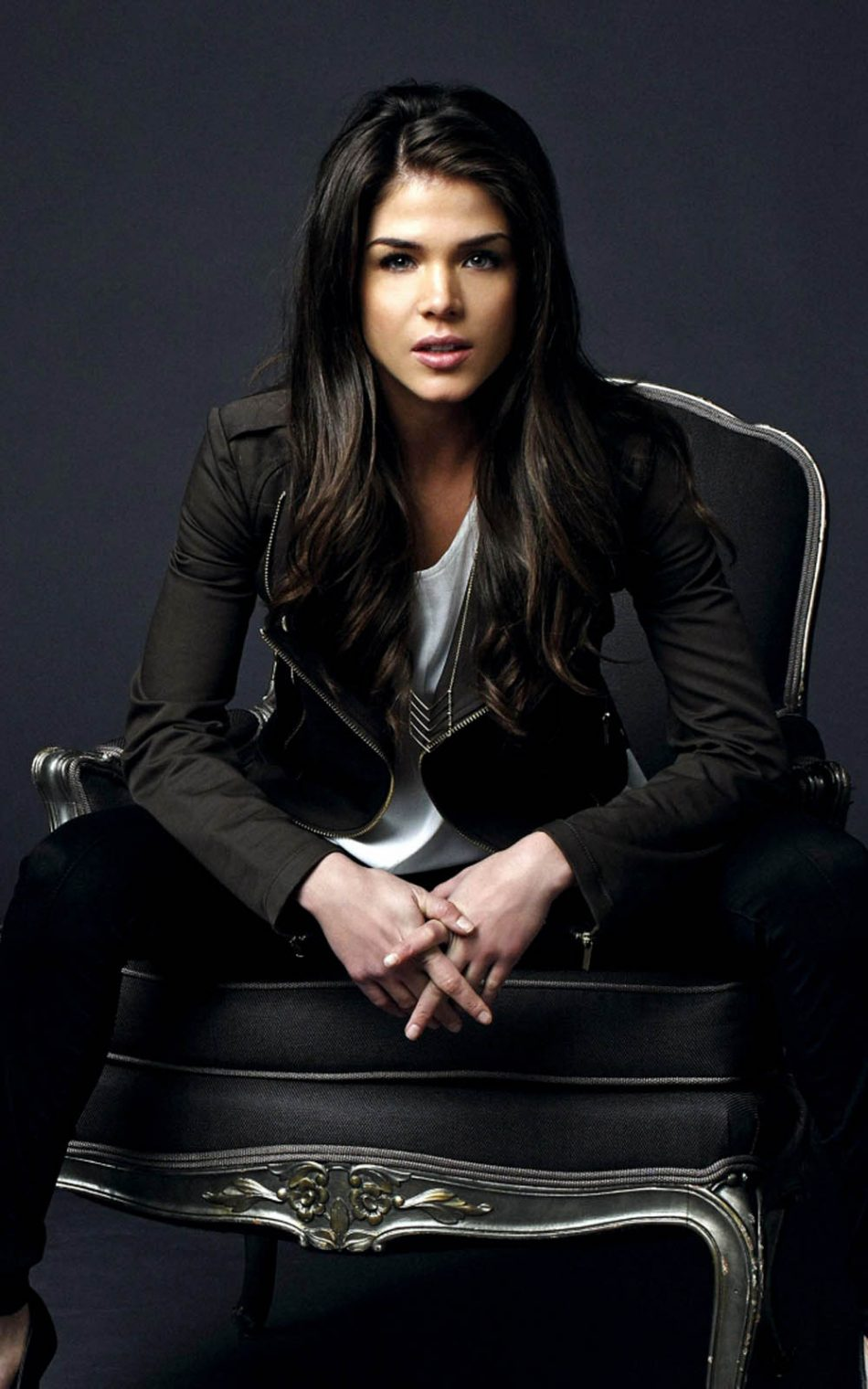 Download Marie Avgeropoulos Pure 4K Ultra HD Mobile Wallpaper 950x1520