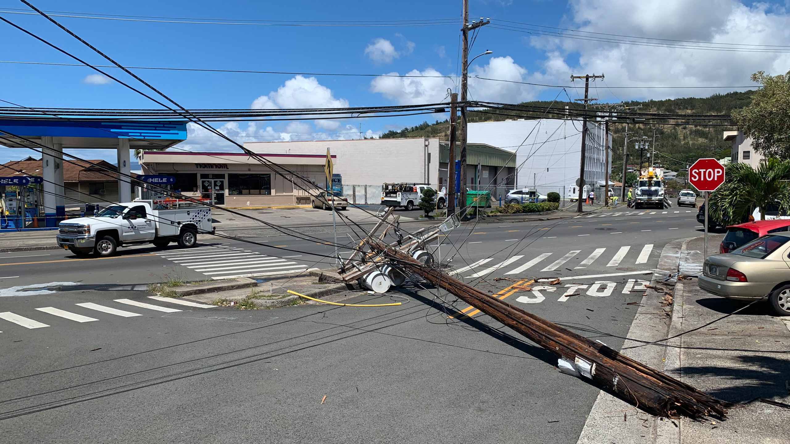 Portion of Kalihi Street closed due to crash pole down 2560x1440
