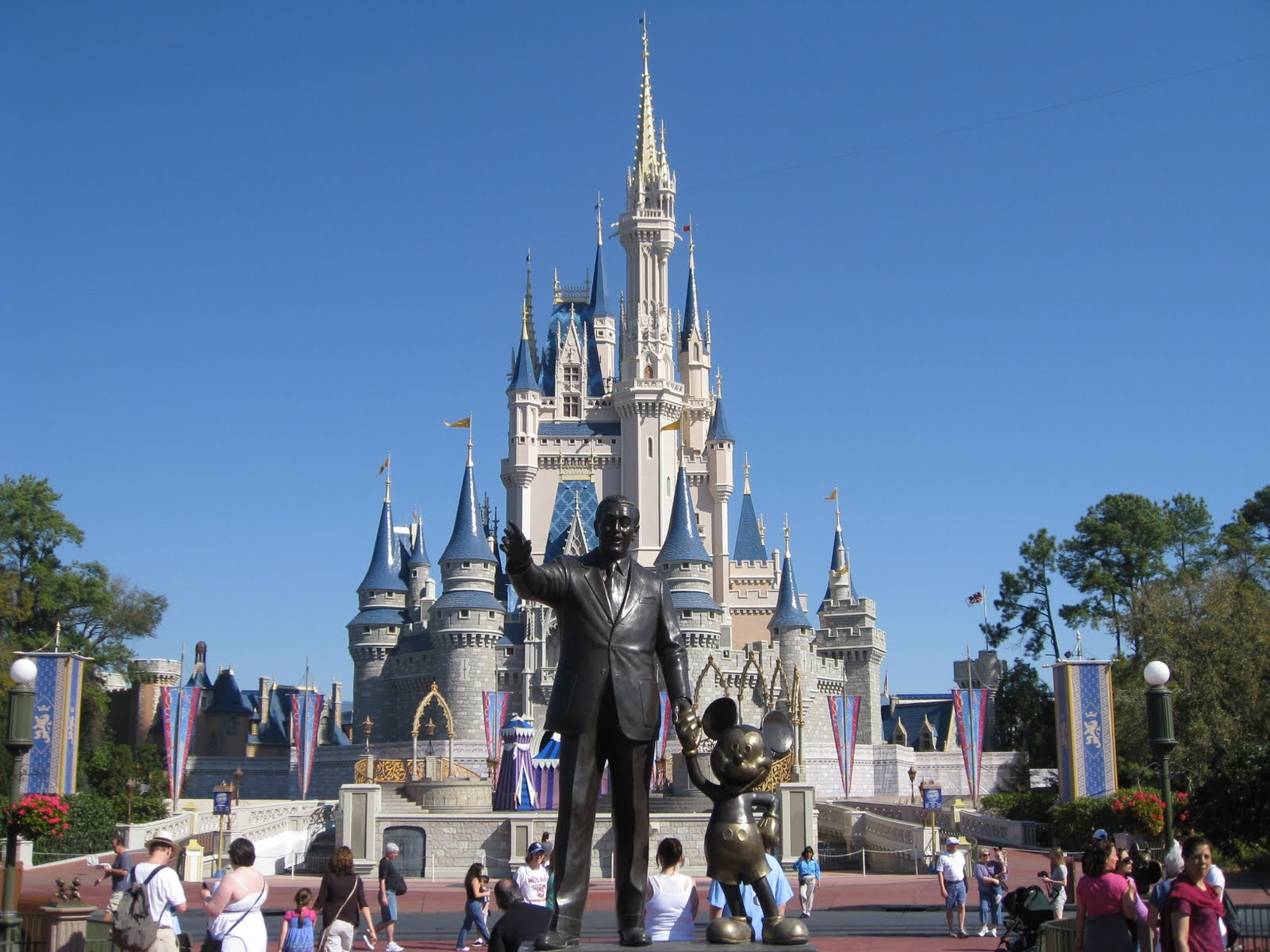 compare and contrast disneyland and disneyworld I have to write a compare and contrast essay and i know i want to use 2 disney movies but i don't know which ones i should use disney movies are alike in.