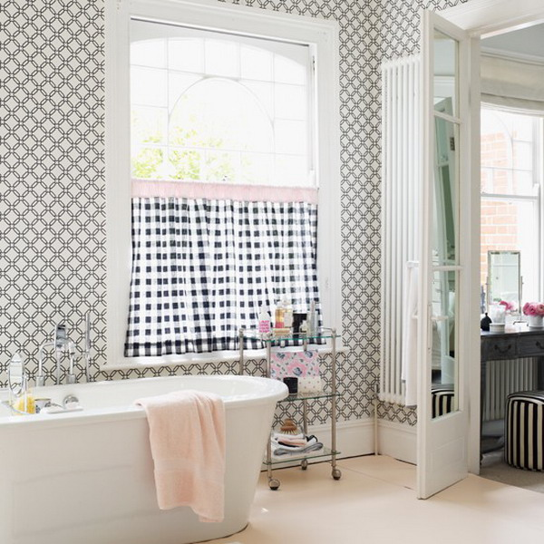 The geometric pattern on the bathroom wallpaper is timeless 600x600